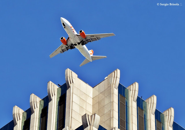 Fotocomposição com um Avião Boeing 737-76N sobrevoando o Edifício FLFC - Itaim Bibi - São Paulo