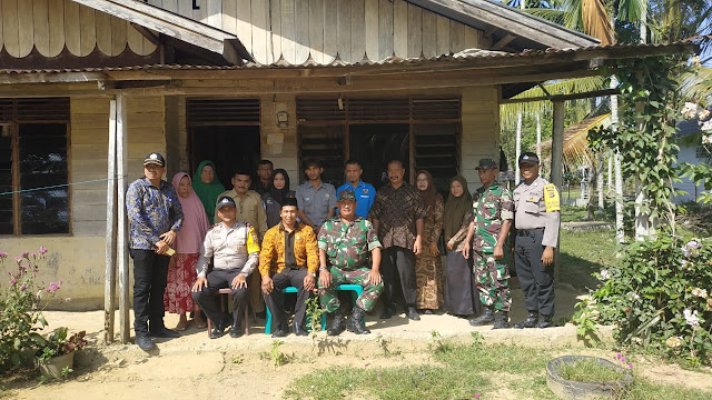 Muspika Peulimbang Tempeli Stiker Rumah Keluarga Penerima Manfaat PKH dan BPNT