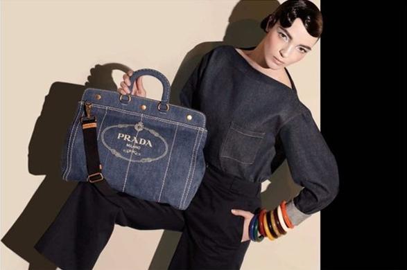 5e7082fdf ... não só pelas estampas de listras coloridas e frutas tropicais, mas  também pela linha de acessórios – em especial as bolsas desenvolvidas em  jeans.