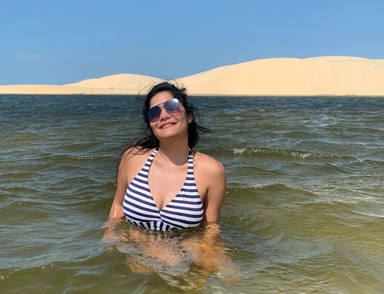mulher mergulhando em lagoa de agua doce