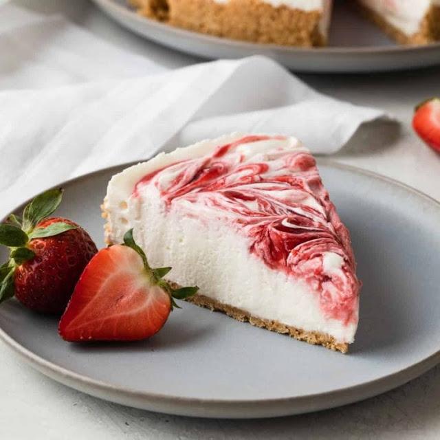 cheese cake dengan selai dan buah strawberry