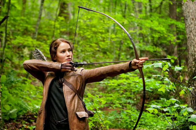 Katniss Everdeen treinando arco e flecha