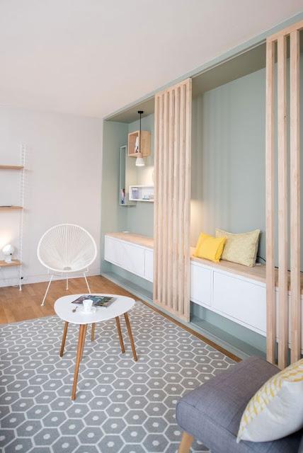 Lamellentür vor Bücherwand im Wohnzimmer - perfekt zum Verstecken von Fernseher & Co.
