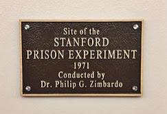 صورة للوحة دلالة مكتوب عليها تجربة سجن جامعة ستانفورد