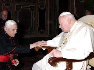 Ratzinger (todavía cardenal), saluda al papa Juan Pablo II