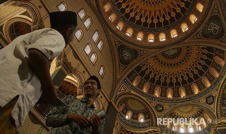 Kaligrafi Turki Usmani dan Simbol Keagamaan di Masjid