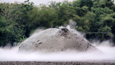 Karena ada dorongan dari dalam bumi, lumpur membulat dan siap meledak.