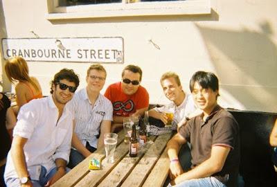 Grupo de estudiantes europeos estudiando inglés en Brighton
