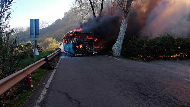 Imagen de la guagua ardiendo en la carretera de Firgas, provocando conato incendio forestal