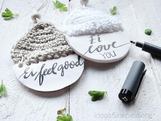 Osteranhänger mit Wolle und Kalligrafie
