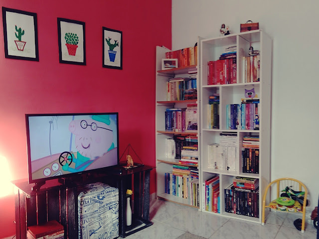 Sala de estar com livros, home office, livros, livros organizados, sala com livros