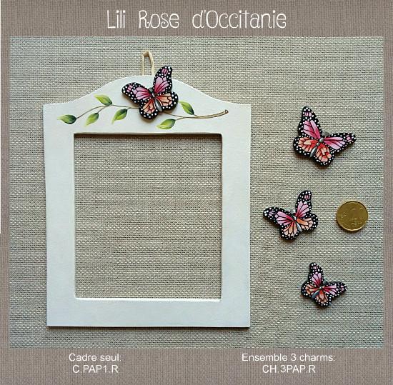 """Cadre et charms """"Papillons roses"""" en bois peint pour encadrer une broderie. Broderie et point de croix"""