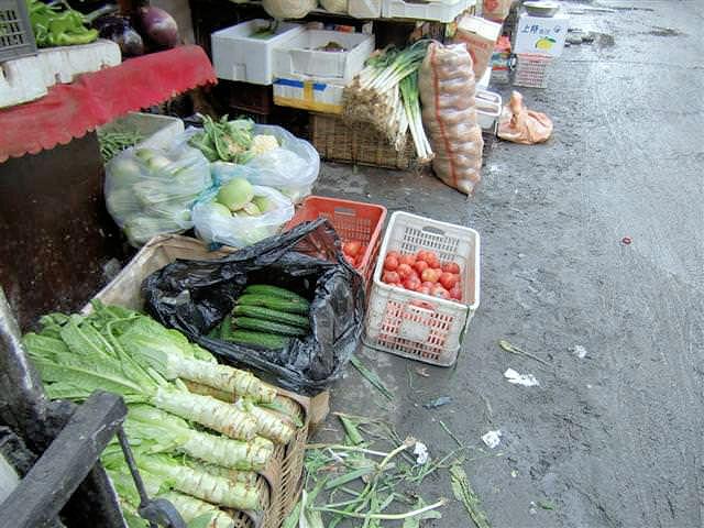 Gemüsemarkt im traditionellen Hutong (C) JUREBU