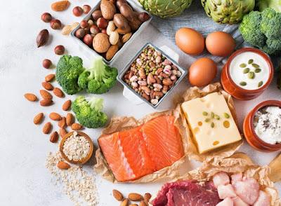 Lựa chọn thức ăn giàu calori trong bữa ăn.