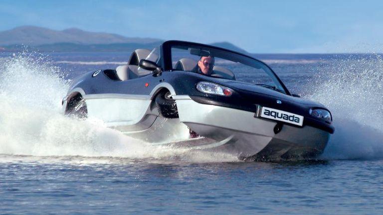 طراز Gibbs Aquada بمحرك بسعة 2.5 لتر تصل سرعته القصوى لـ 100 ميل في الساعة على البر، و 30 ميلا في الساعة داخل البحر