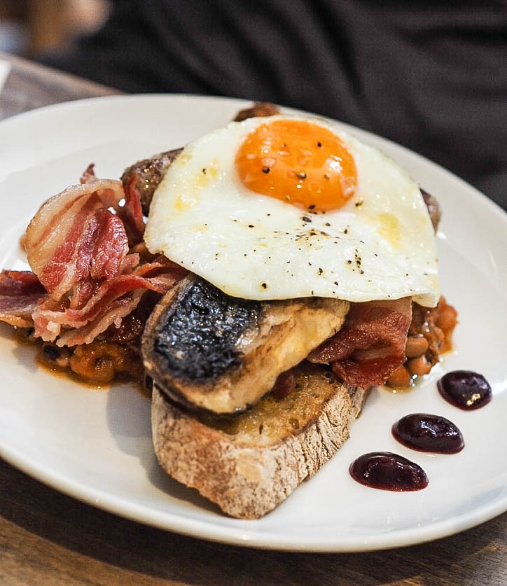 Toast, mushroom, baked beans, bacon, fried egg