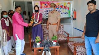 डीएम के हाथों सम्मानित छात्रा को स्कूल मे भी मिला सम्मान    #NayaSaberaNetwork