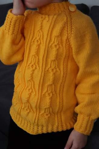 Żółty sweterek z dzwoneczkami