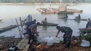 Tabur Ribuan Bibit Ikan di Desa Aburan Batang Tebo