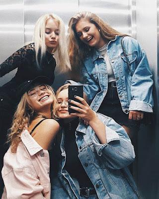 fotos de amigas en el ascensor
