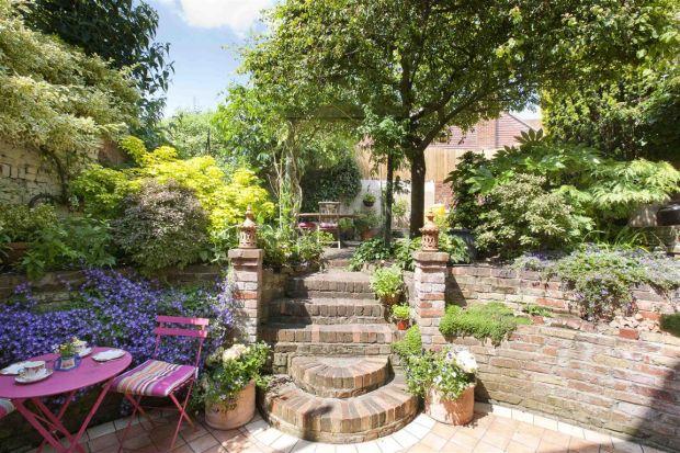 English cottage courtyard garden