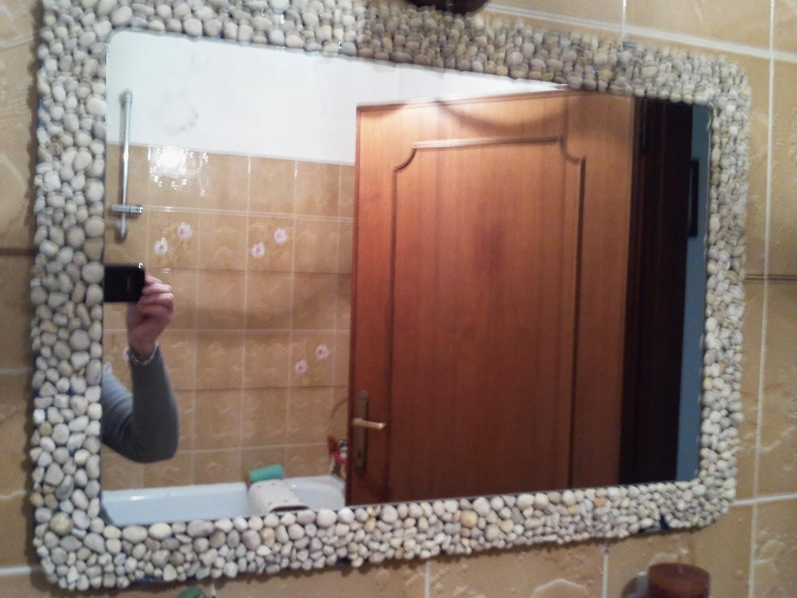 Come decorare uno specchio con i sassolini centomilaidee - Specchio senza cornice ...