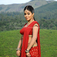 Poorna hot show in saree