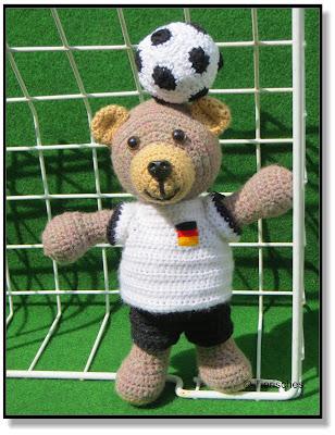 gehäkelter Bär mit Fußballtrikot, für Fußballfans