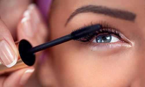 Aplicar máscara de pestañas en ojos cansados
