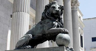Uno de los leones de la entrada de Las Cortes.