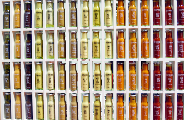 botellas de cristal con diferentes sopas
