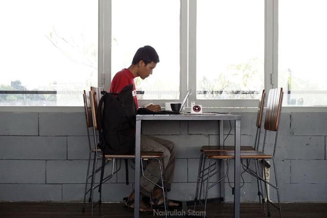 Menyempatkan waktu menulis artikel di Balakosa Coffee Jogja