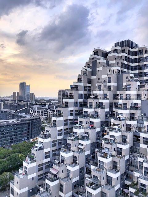 Tòa nhà cao 100 m được hoàn thành vào năm 2013. Kiến trúc sư của công trình này cho biết ông đã lấy cảm hứng từ ruộng bậc thang truyền thống ở Trung Quốc.