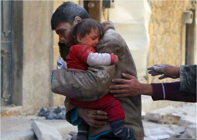 شاب ينقذ شقيقته من تحت أنقاض منزلهم في سوريا