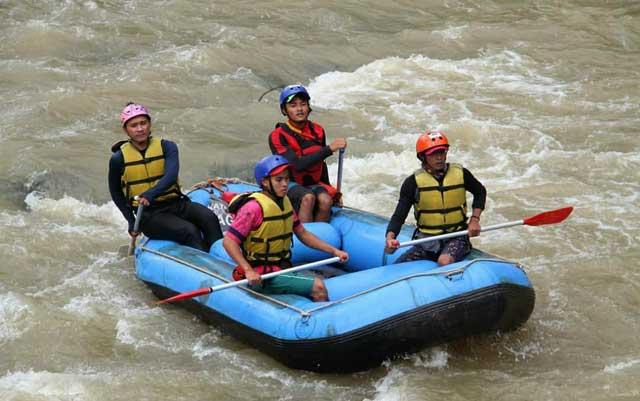 sensasi wisata arung jeram way besai rafting