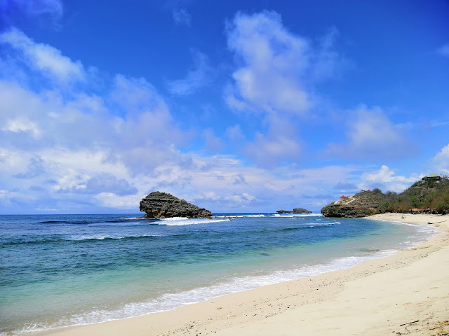 Keindahan Pantai Watu Karung Pacitan