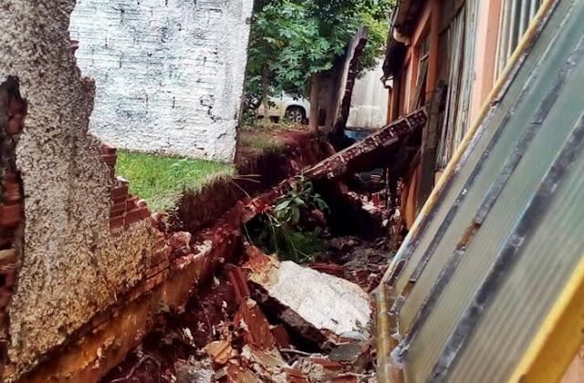 Roncador: Forte chuva com ventos derruba muro do Bombeiro Comunitário