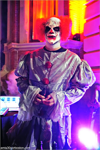 Payaso en Back Bay durante Halloween