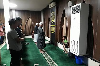 Miris, Ada Dua Imam Berjajar Saat Sholat Jama'ah di Masjid Ini