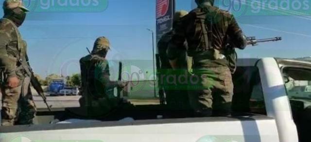 Civiles armados con vestimenta militar, fueron vistos circulando en la carretera Buenavista - Los Reyes, donde se reportan balaceras la tarde del jueves.