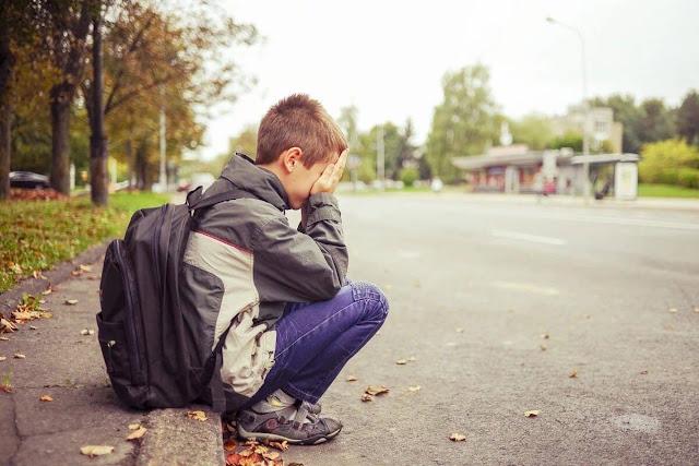 Заплаканный 12-ти летний пацан стоит на остановке, вокруг полно людей…О человеческом равнодушии!