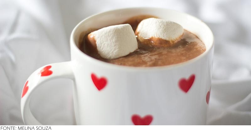 Chocolate quente cremoso: Essa receita é feita no liquidificador. Todos os ingredientes, com exceção do creme de leite, são bem batidos para que fiquem homogêneos. Após serem batidos, os ingredientes vão ao fogo baixo até ferver. Após desligar o fogo o creme de leite é adicionado para deixar o chocolate quente bem cremoso.