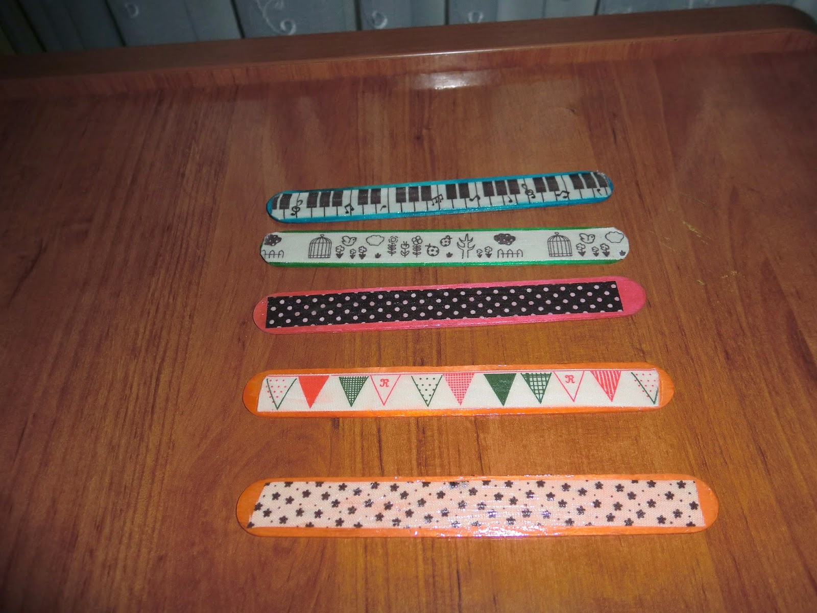 Marcapáginas con palos y masking tapes