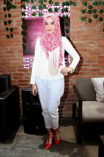 Model hijab Zaskia Sungkar simple