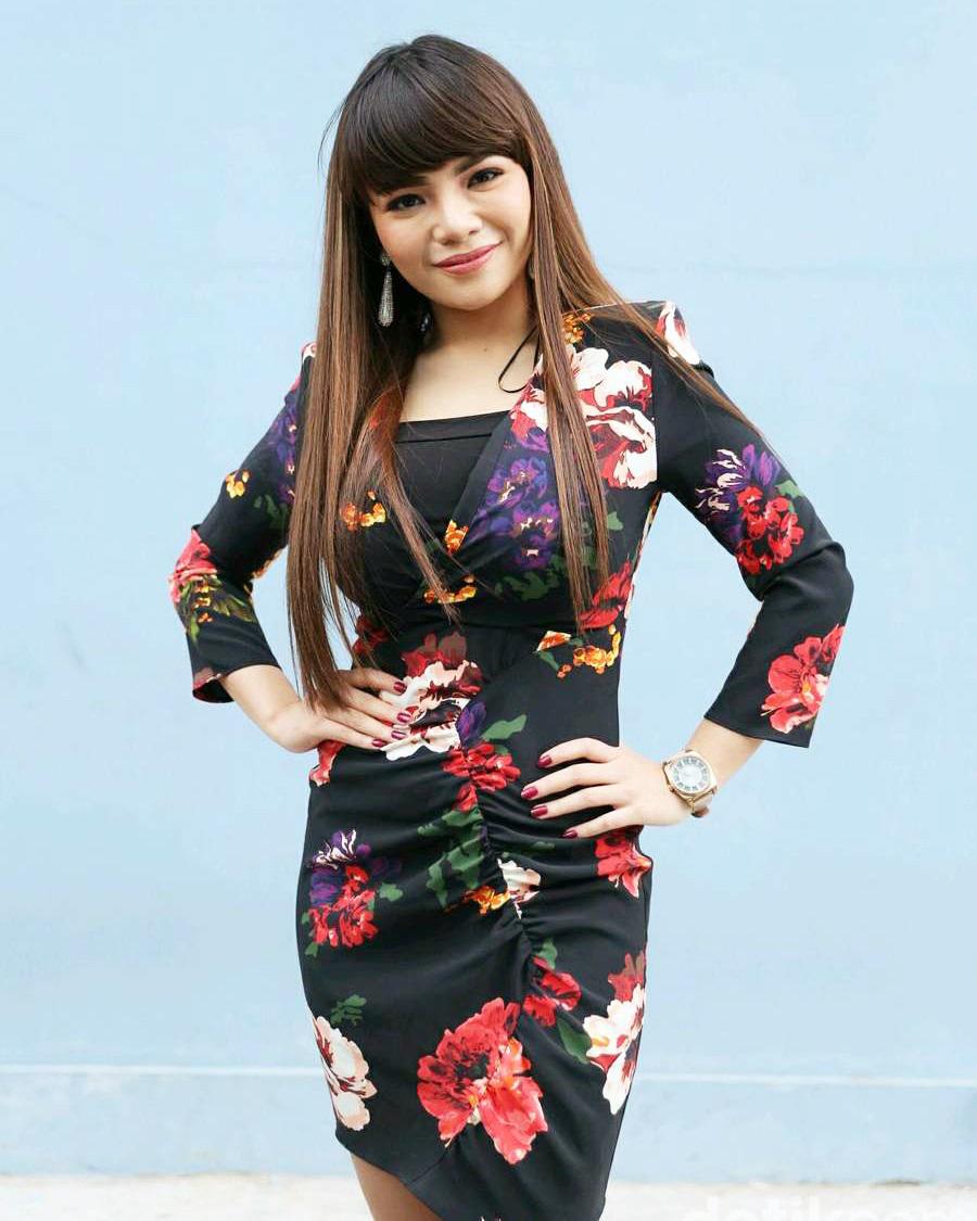Photoshoot seksi DJ Dinar Candy artis manis