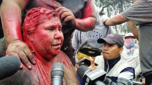 Opositores cortan el pelo y hacen caminar descalza a alcaldesa en Bolivia