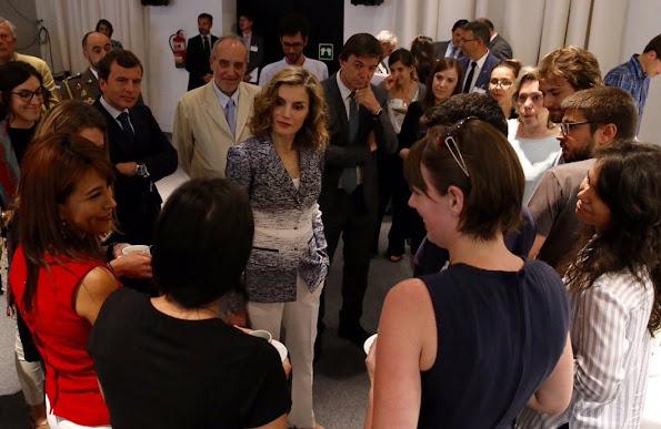 Queen Letizia the course Zero Hunger: it is possible at Euroforum, Letizia wore Felipe Varela Coat, Hugo Boss trousers
