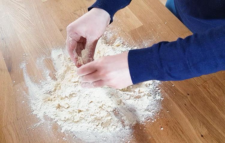 Sablez le mélange farine et beurre