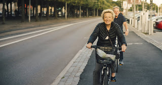 Fotografía de dos ancianos en bicicleta