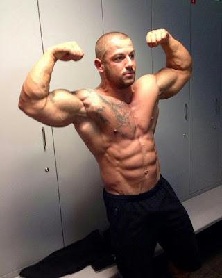 pokazivanje-velikih-bicepsa-misica-alfa-muzjak